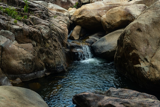 Waterstroom in het midden van rotsen in vietnam