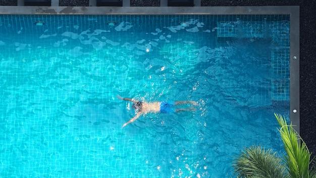 Waterstroomhoek in het bovenaanzicht van het zwembad en mensen genoten samen op zomervakantiedag.