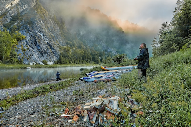 Watertoeristen in hun kamp bij zonsopgang.