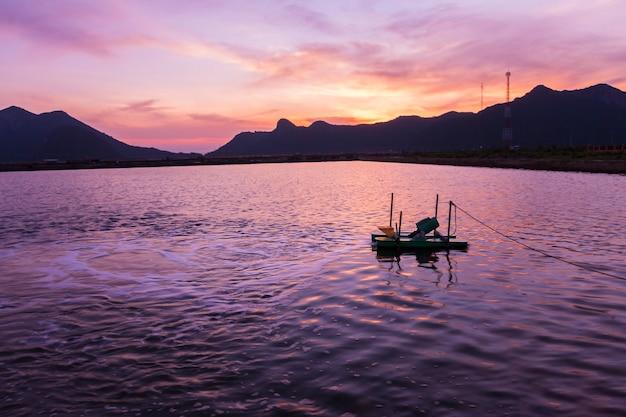 Waterturbine in de garnalenvijver in zonsopgangtijd