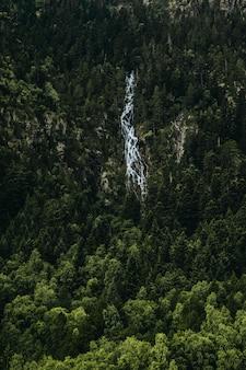 Waterval aan de zijkant van een berg