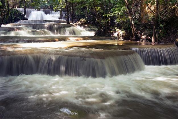 Waterval bij nationaal park in kanchanaburi, thailand. watervallen in forest, thailand.