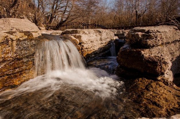 Waterval die onderaan de rotsen in canion martvili stroomt op de herfstdag