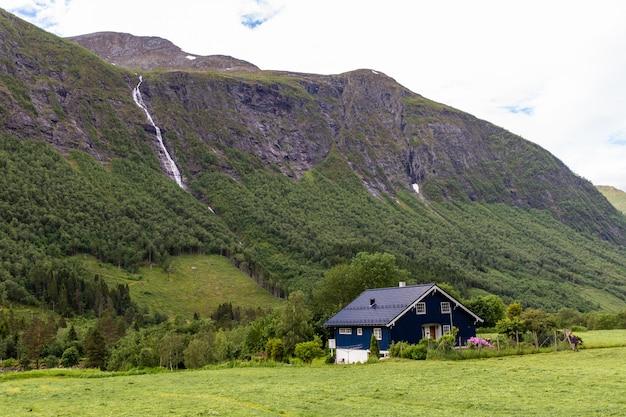 Waterval en berg in noorwegen