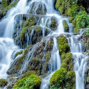 Waterval gelegen op het pad van de varone-watervalgrot, le foci, tenno tn