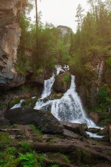 Waterval in altai-bergen