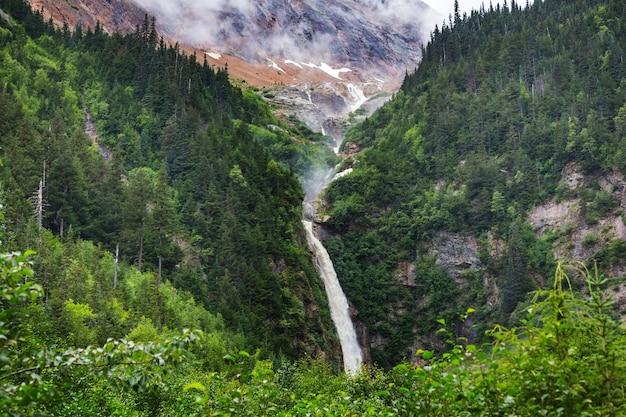 Waterval in canadese bergen