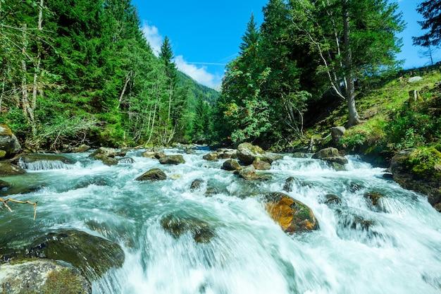 Waterval in de bergen in het nationale park hohe tauern in oostenrijk.
