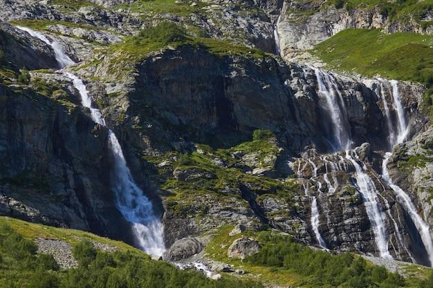 Waterval in de bergen van de kaukasus, smeltende gletsjerrand arkhyz