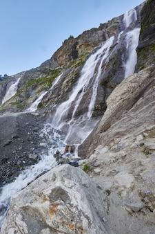 Waterval in de bergen van de kaukasus, smeltende gletsjerrug arkhyz, watervallen van sofia.