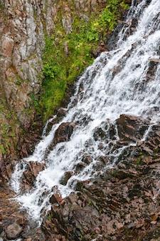 Waterval in de bergtoendra, schiereiland kola, rusland