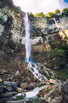 Waterval in de mening van de rotsachtige bergen