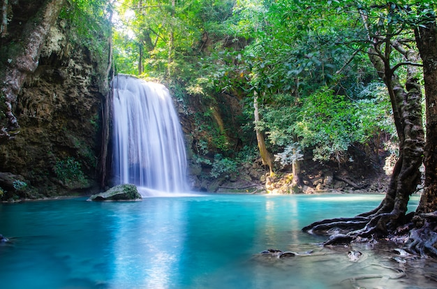 Waterval in diep bos, thailand