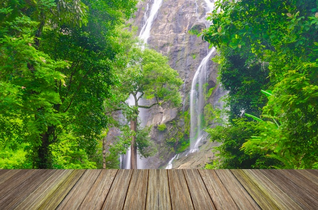 Waterval in diep bos van azië en houten pijler