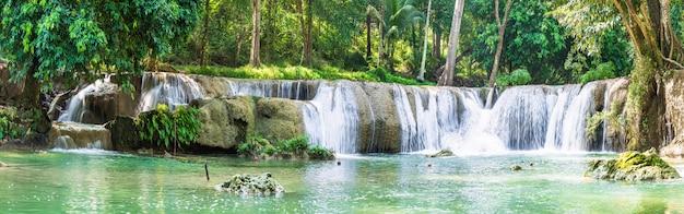 Waterval in een bos op de berg in tropisch bos
