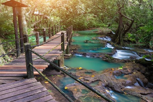 Waterval in het nationale park van de naam thanbokkoranee van thailand.
