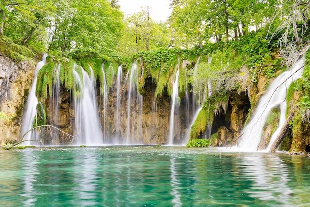 Waterval in het nationale park van de plitvicemeren in zomer-kroatië