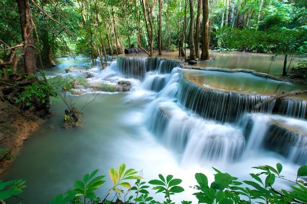 Waterval in kanchanaburi-provincie, thailand