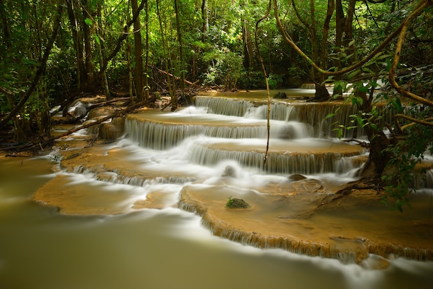 Waterval in regenwoud in thailand, azië. huai mae kamin-waterval in kan-chanaburi.