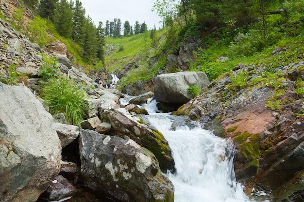 Waterval in rotsachtige bergen