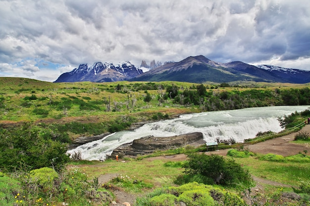 Waterval in torres del paine national park, patagonië, chili