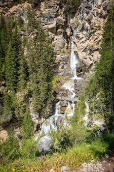 Waterval in vanoise national park, savoie, franse alpen
