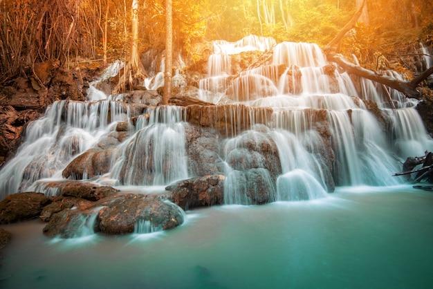 Waterval landschap bos berg bamboe boom wilde tropische waterval jungle rivier stroom