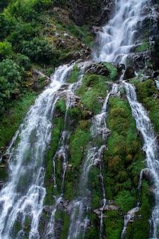 Waterval met groen mos op annapurna-behoudsgebied, nepal