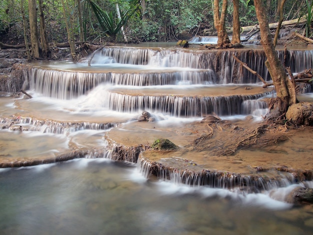 Waterval met water dat rond stroomt