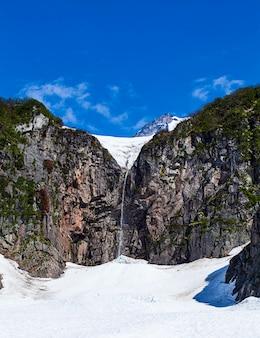 Waterval op de helling van de vulkaan viluchinsky
