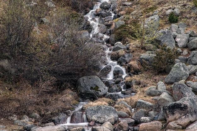Waterval op de heuvels van het kola-schiereiland