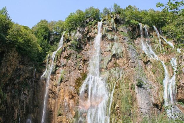 Waterval, plitvicemeren, kroatië, europa. vijvers en watervallen in de groene vegetatie