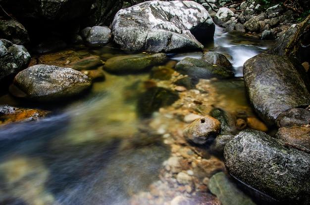 Waterval stroomt door de rotsen.