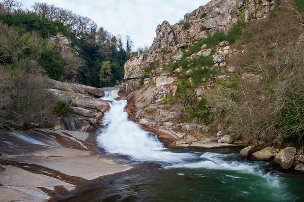 Waterval tussen rotsen