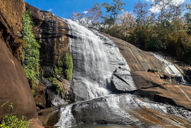 Watervallen die uit hoge rotslagen stromen