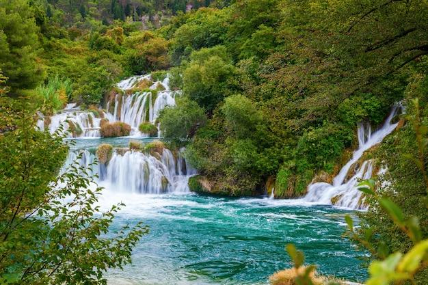Watervallen door bomen in nationaal park krka, kroatië