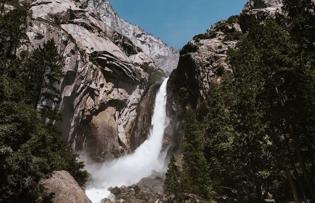 Watervallen en een berg in yosemite