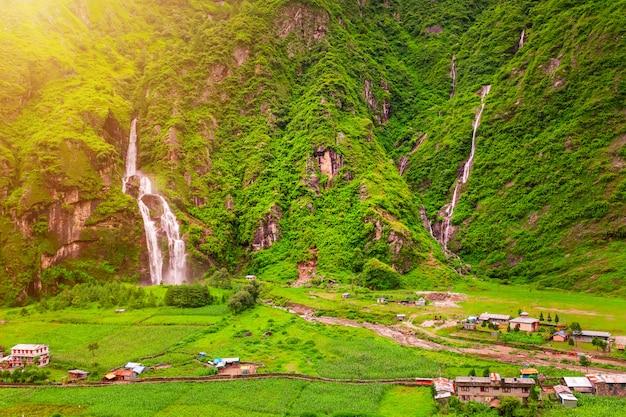 Watervallen en gebouwen in nepal