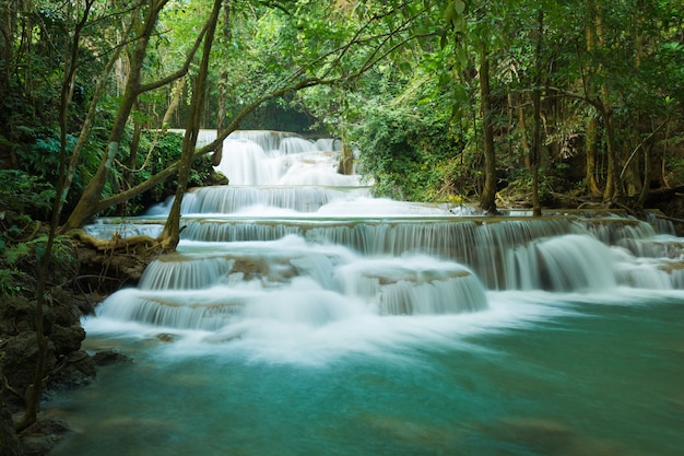 Watervallen in diep bos in nationaal park, a prachtige stroom water beroemde regenwoud waterval in thailand