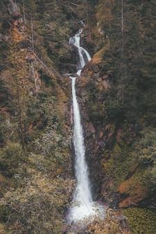 Watervallen midden in het bos overdag