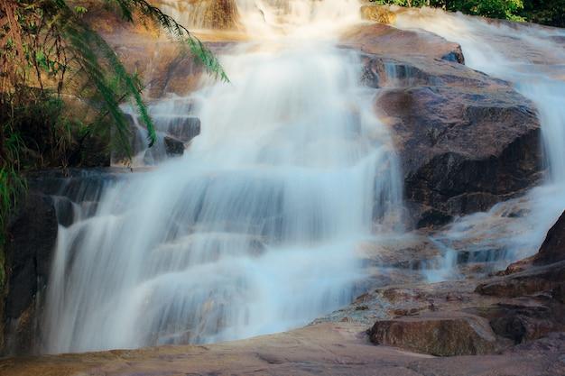 Watervallenstroom door rotsen in aard van phatthalung-provincie, thailand