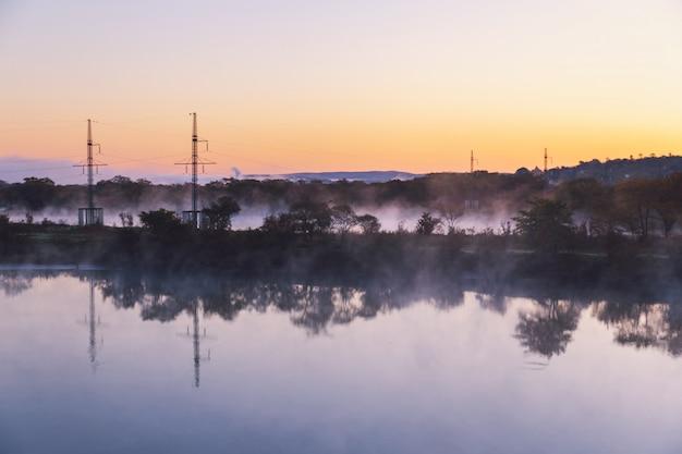 Waterverdamping op de rivier bij dageraad met mooie bezinning
