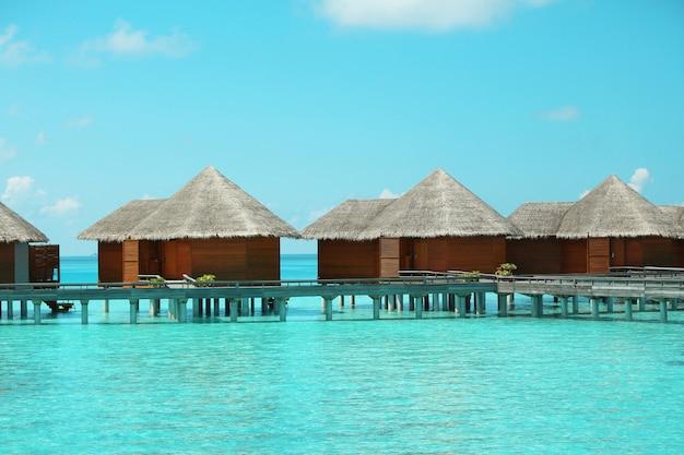 Watervilla's over blauwe oceaan in baros maldiven