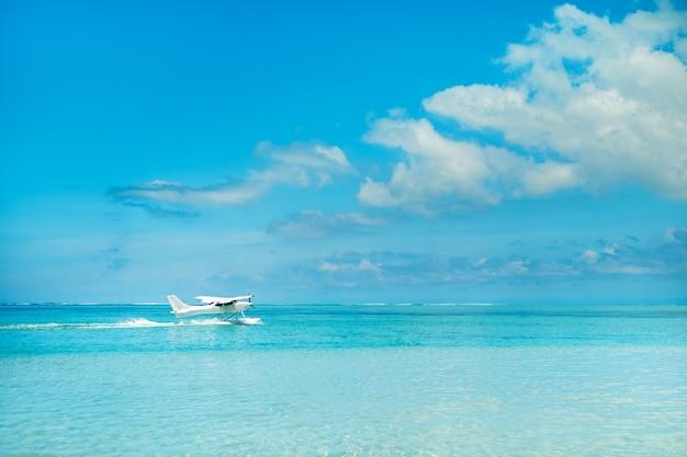 Watervliegtuig begint op te stijgen op het eiland mauritius in de indische oceaan.