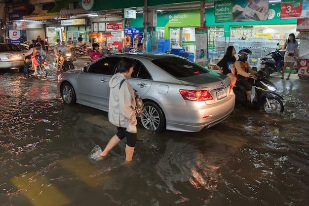 Watervloed in stadsprobleem met drainagesysteem