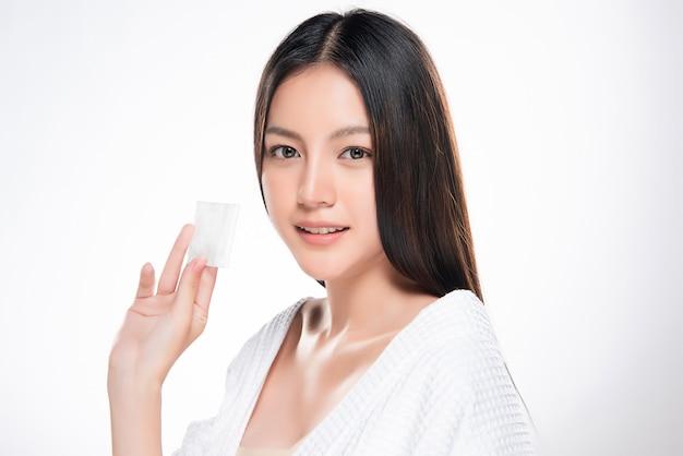 Wattenschijfje vrouw gezicht verwijdering make-up gezonde schone huid schoonheid,