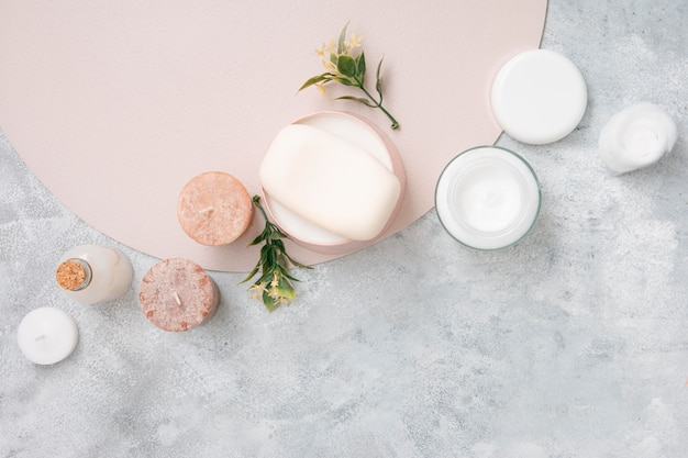 Wattenschijfjes en natuurlijke crème op tafel