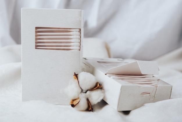 Wattenstaafjes in een witte doos en wit katoen