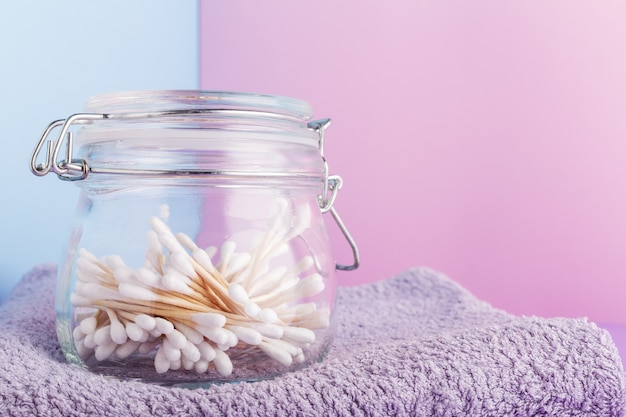 Wattenstaafjes in glazen pot. natuurlijke badproducten.
