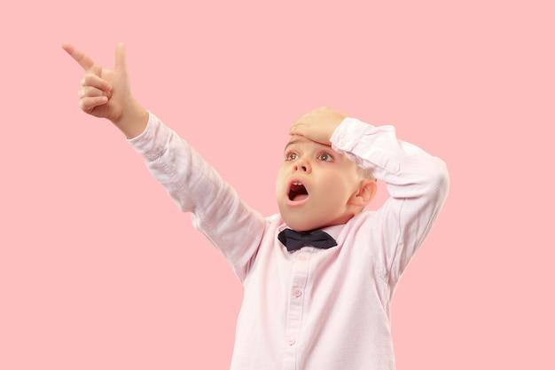 Wauw. aantrekkelijk mannelijk half-lengte voorportret op roze studio